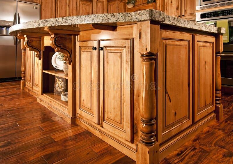 现代中心工作台面家海岛的厨房 免版税库存图片