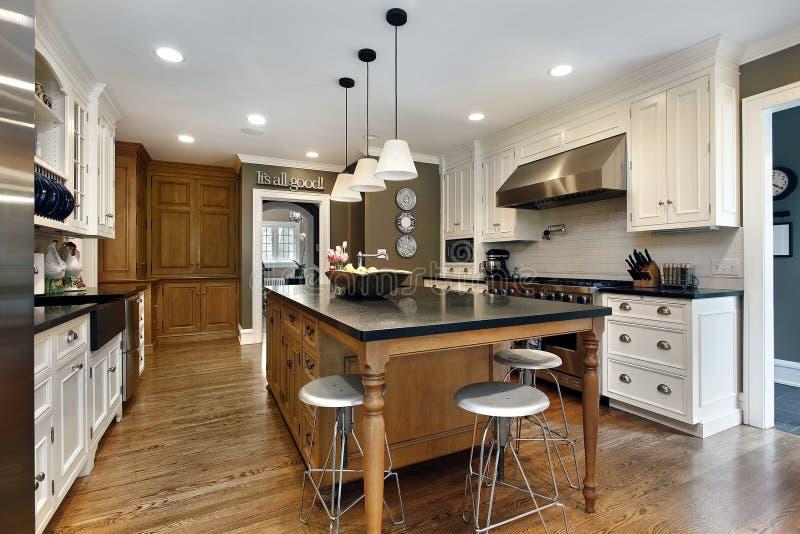 现代中心海岛的厨房 库存照片