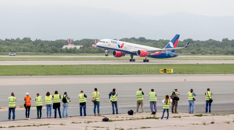 现代乘客飞机Azura空气波音757在阴天离开 少量摄影师观看和做它的离开照片  免版税库存图片