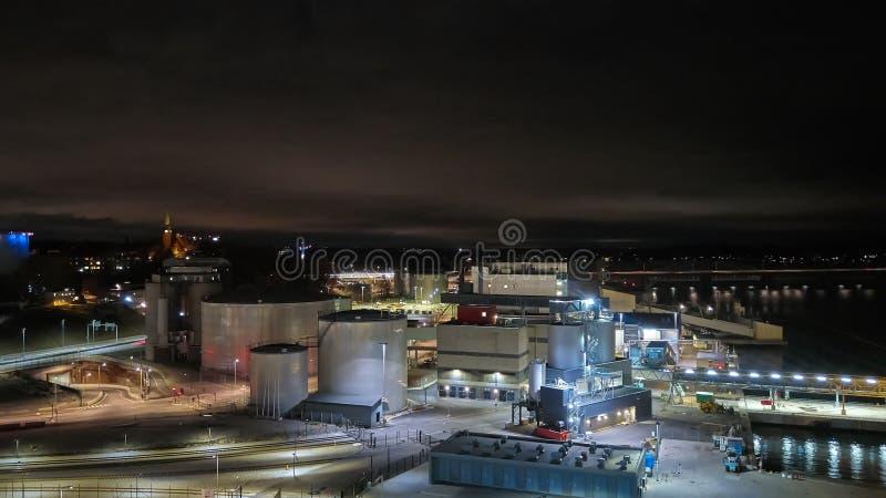 现代五谷终端在晚上 电梯金属坦克  五谷干燥复合体建筑 商业五谷或种子 免版税库存照片