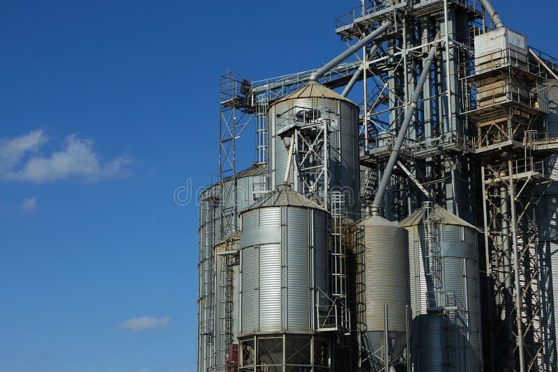 现代五谷终端 电梯金属坦克  五谷干燥复合体建筑 商业五谷或种子筒仓在 免版税库存照片