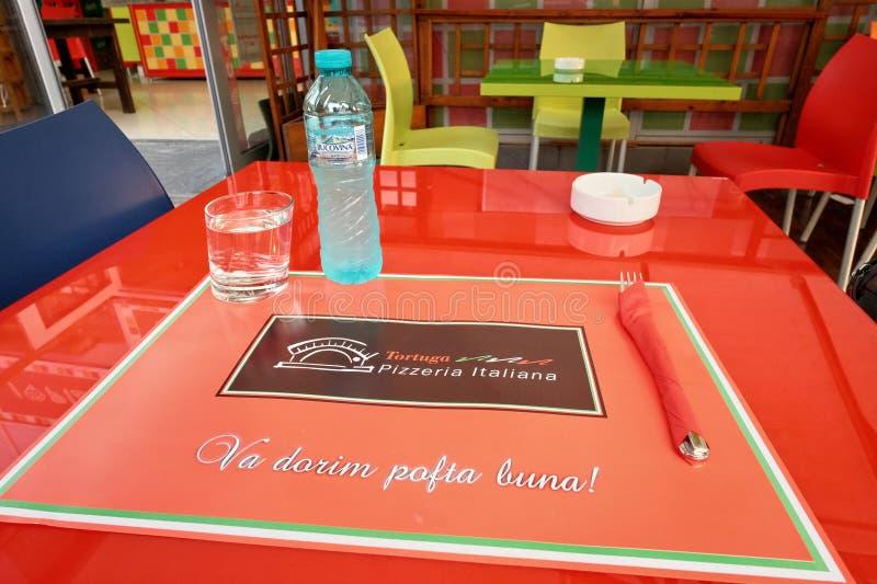 现代五颜六色的桌布置与是'享受您的膳食'的罗马尼亚文本'VA dorim pofta布纳' 免版税图库摄影