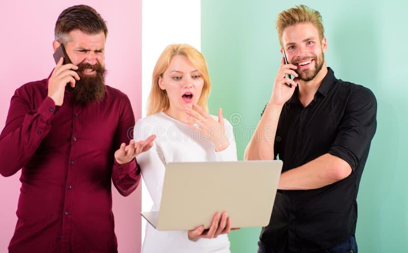 现代人民在真正和真正的现实居住 男人和妇女享受虚拟现实和网上通信 库存图片