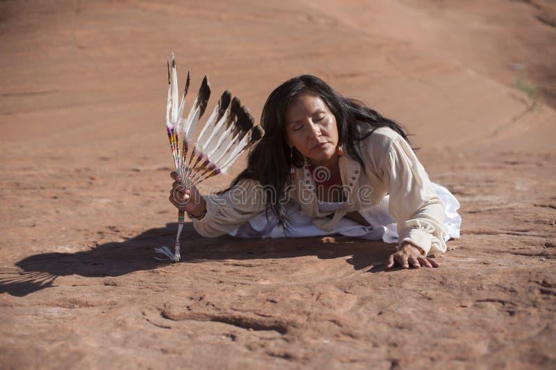 现代传统美国本地人妇女 库存图片