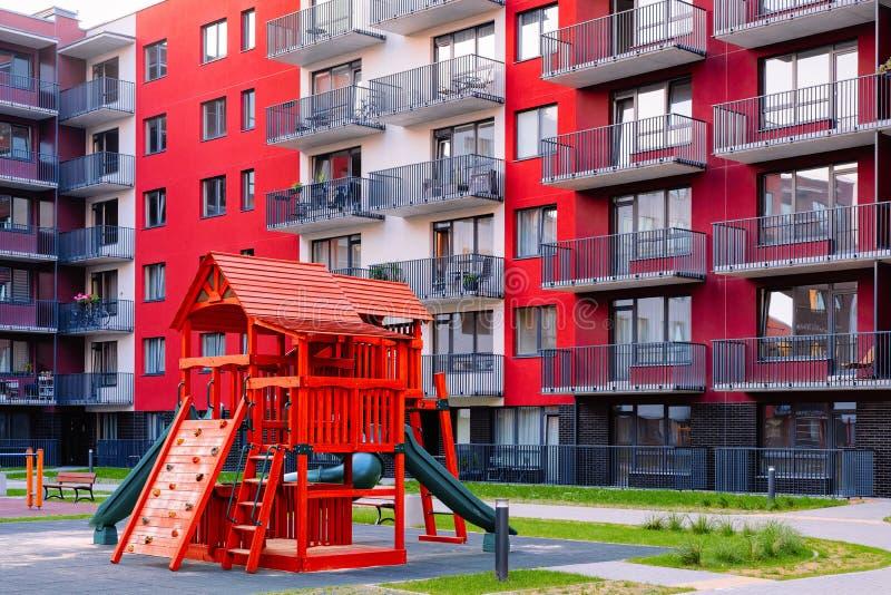 现代住宅公寓复杂室外设施的儿童操场 库存照片