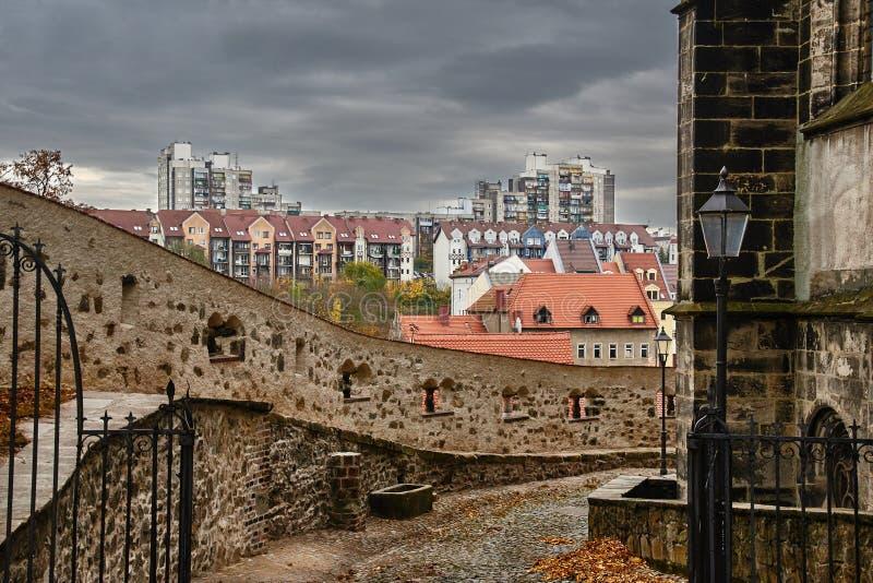 现代住宅房子的中世纪防御墙壁和基础 库存照片
