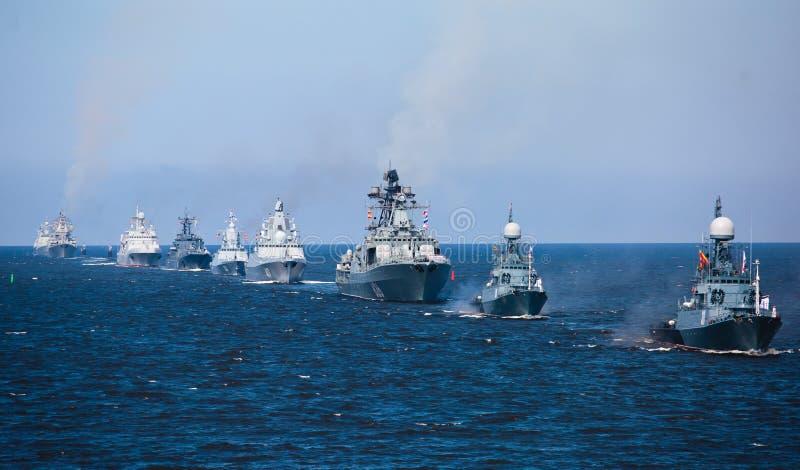 现代俄国军用海军战舰军舰线在行、北舰队和波罗的海舰队的在公海 库存照片