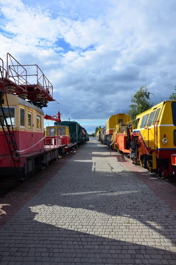 现代俄国技术支持电车和铁路起重机小室  铁路头的侧视图训练与很多 库存照片