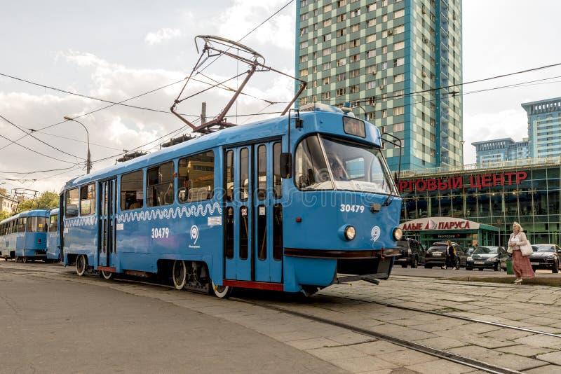 现代俄国火车站和旅客列车 免版税库存照片
