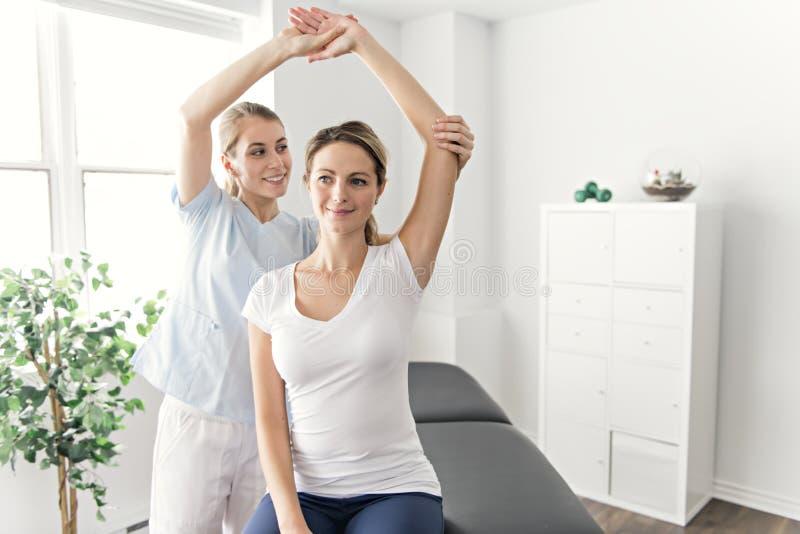 现代修复物理疗法在屋子里 库存照片