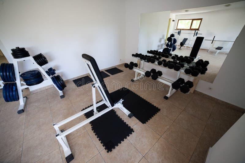 现代健身房内部用各种各样的设备 库存照片