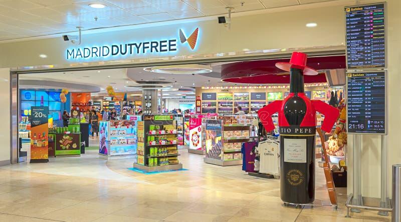 现代免税在马德里巴拉哈斯有人乘客购物的国际机场,当等待离开时 库存图片