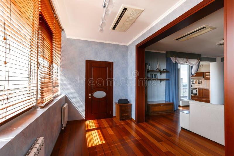 现代公寓公寓,从里面的设计师内部 库存照片