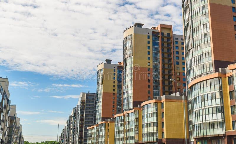 现代公寓和天空蔚蓝新的块与阳台的在背景中 库存图片