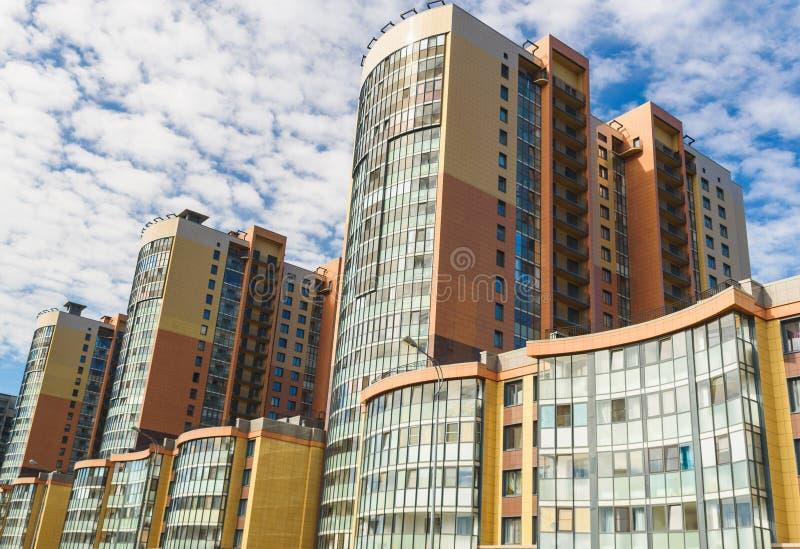 现代公寓和天空蔚蓝新的块与阳台的在背景中 图库摄影