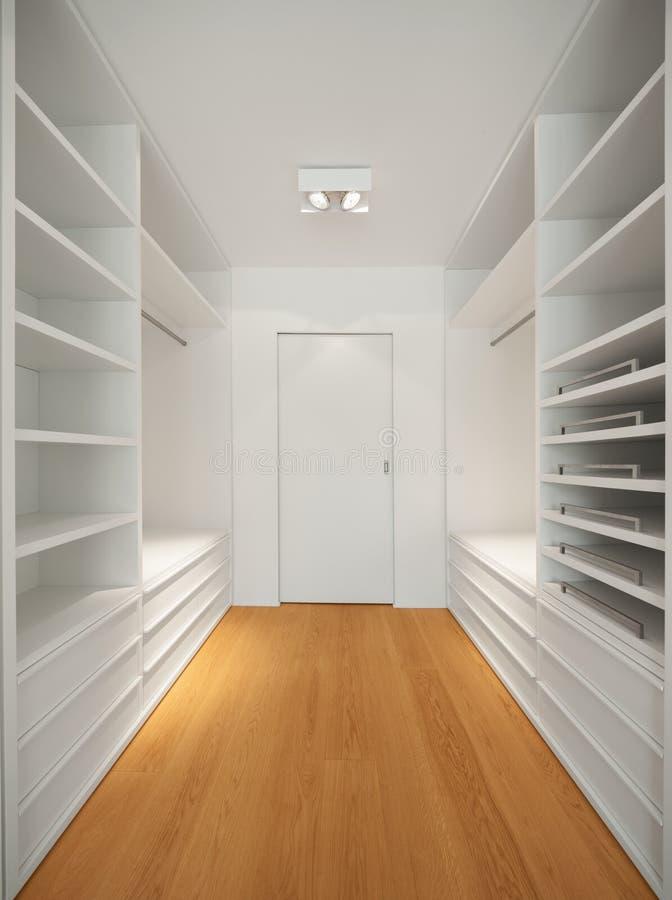 现代公寓,可容人走进去的大壁橱内部  库存图片