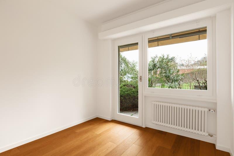 现代公寓,有窗口的室内部  免版税库存图片