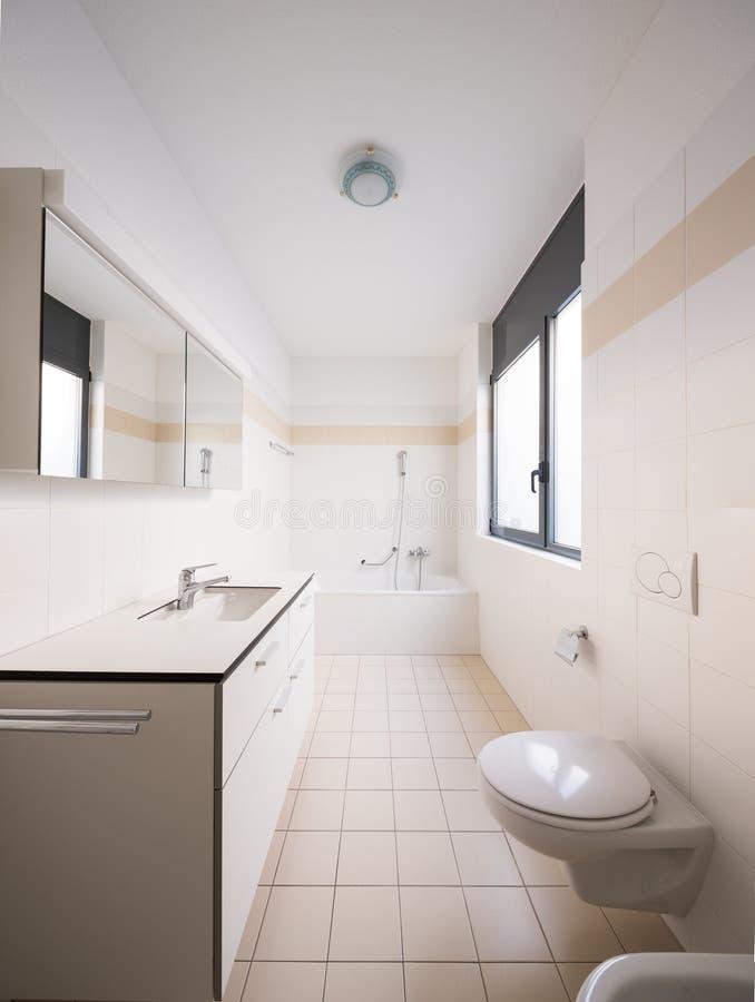 现代公寓,空的卫生间内部  免版税库存图片