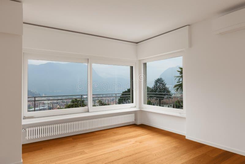 现代公寓,空的室内部  免版税库存图片
