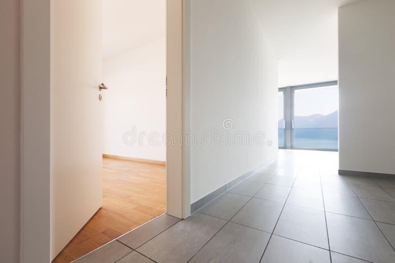 现代公寓,空的走廊内部  图库摄影