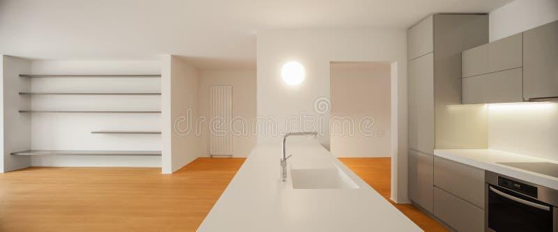 现代公寓,露天场所内部  免版税库存照片