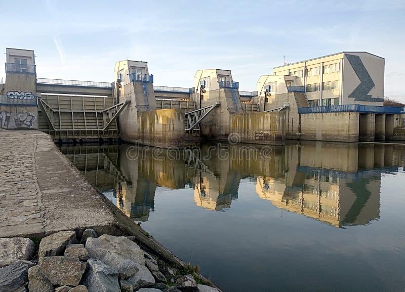 现代具体水坝,村庄诺韦Mlyny,捷克共和国,欧洲 免版税库存照片