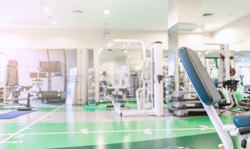 现代内部健身房室或健身中心背景 免版税库存图片
