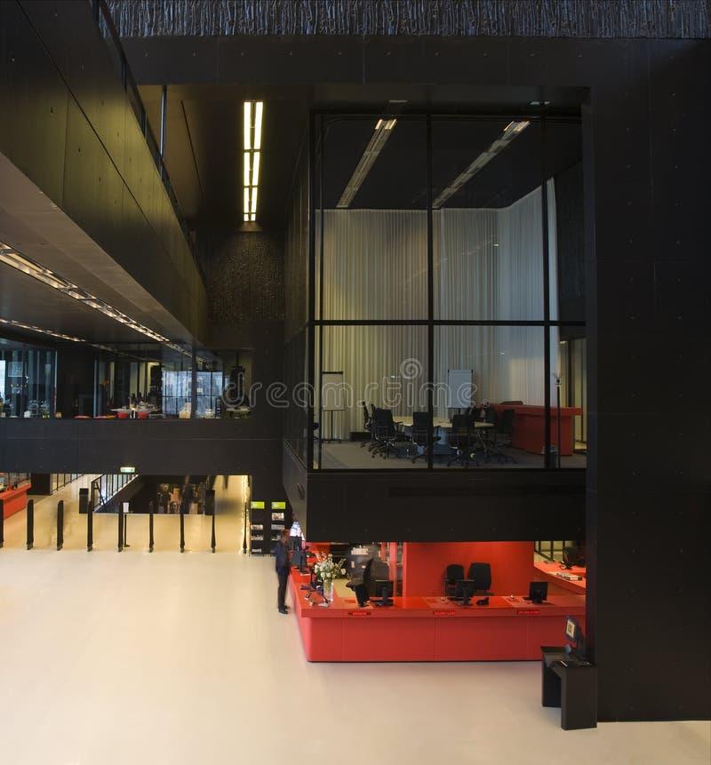 现代内部的图书馆 图库摄影