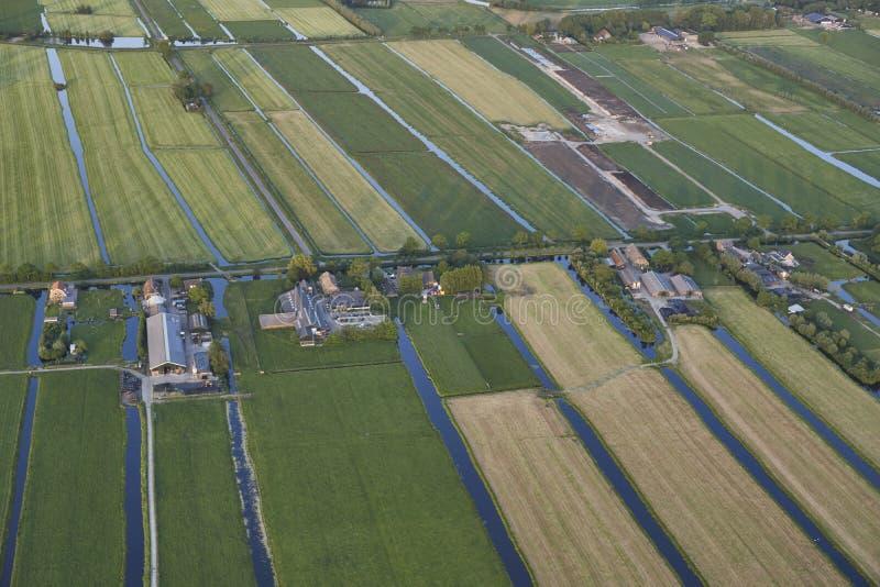 现代农场天线有太阳电池板的在荷兰草甸风景的屋顶 库存图片