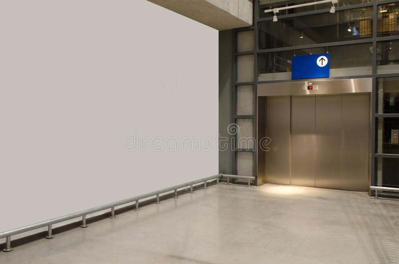 现代办公优雅建筑中白墙厅内走廊与电梯 免版税库存照片