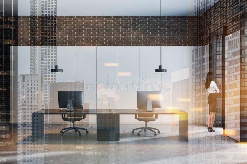 现代办公室内部的妇女经理 免版税库存照片