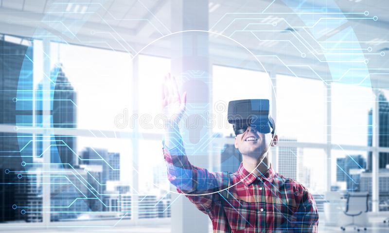现代办公室内部的年轻人体验虚拟现实技术的 免版税库存图片