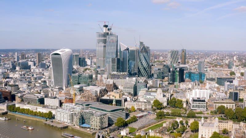 现代办公室在伦敦耸立在事务的鸟瞰图和财政区 免版税库存图片