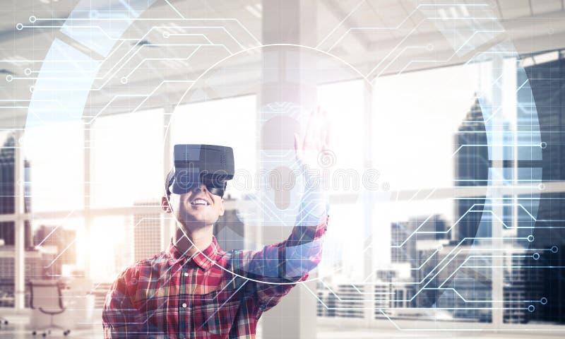 现代办公室室内年轻人体验虚拟现实技术 库存照片