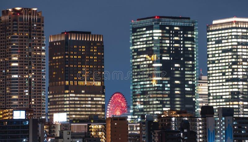 现代办公楼在晚上在大阪市,日本 免版税图库摄影