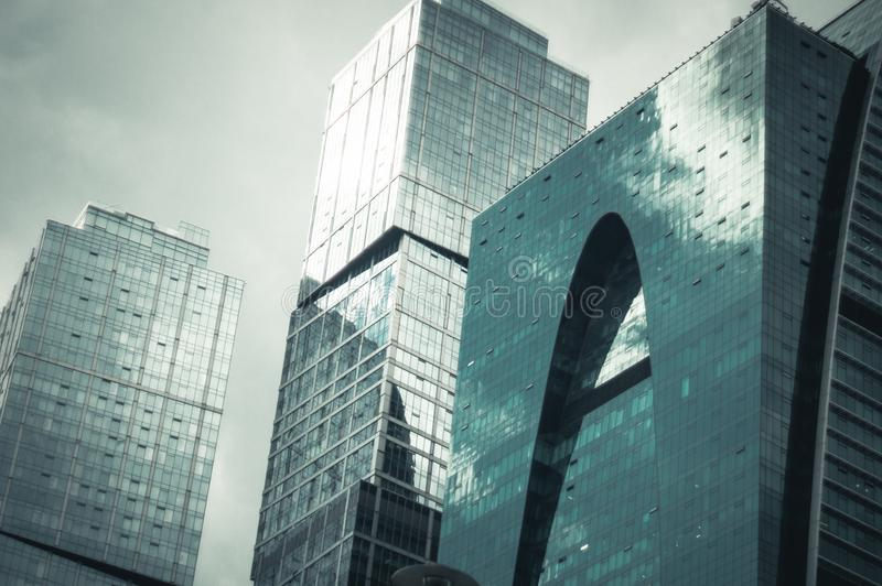 现代办公楼接近的看法  库存照片