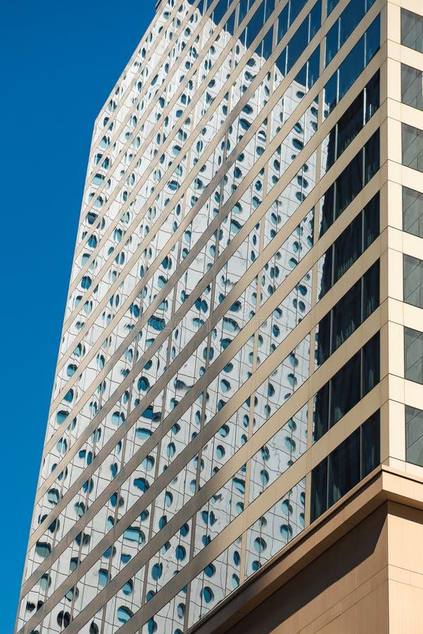 现代办公楼,在窗口的反射,商业区域在香港 建筑学题材 免版税图库摄影
