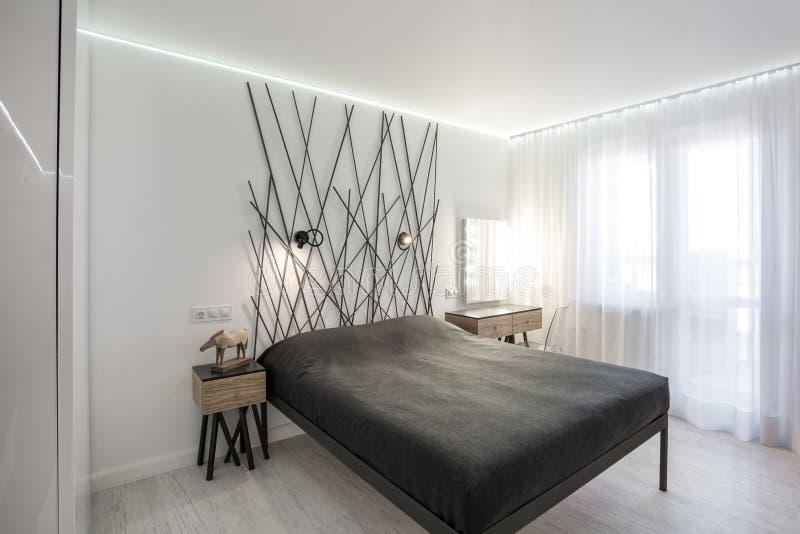 现代卧室的内部顶楼舱内甲板的在昂贵的公寓淡色样式  免版税图库摄影