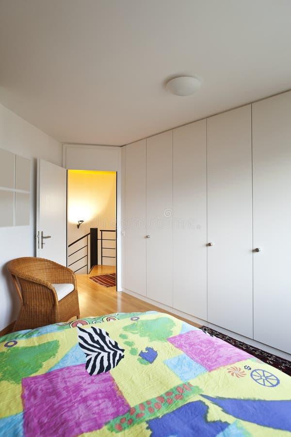 现代卧室的房子 免版税库存图片