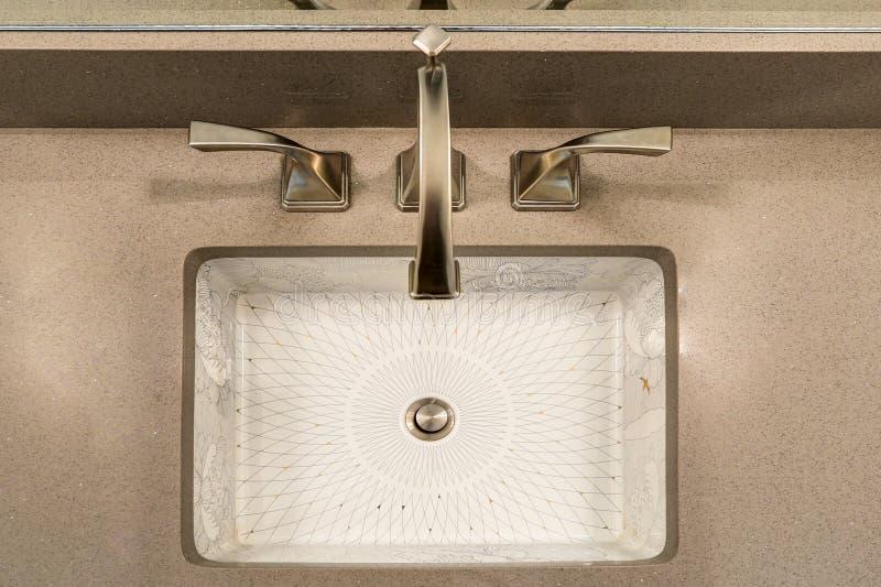 现代卫生间内部吹嘘中国人印刷品以下反水槽 库存照片