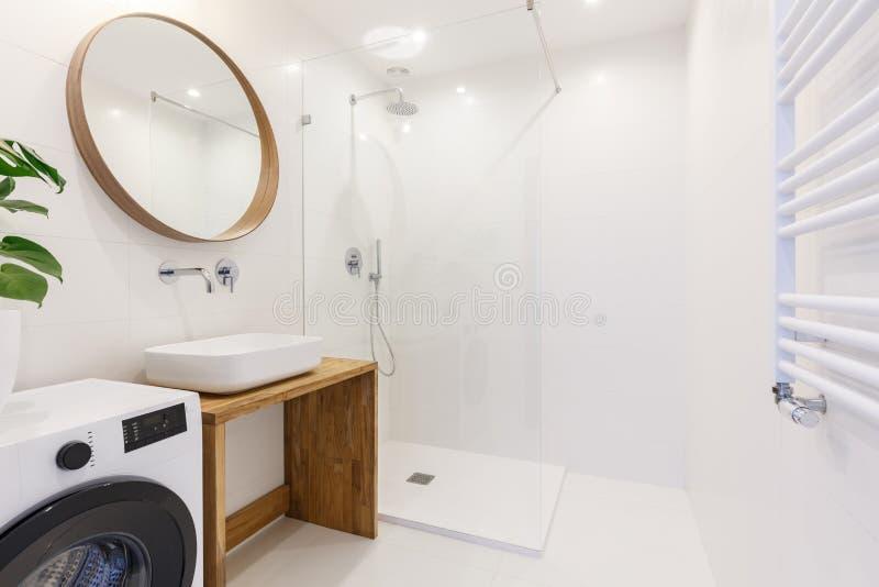 现代卫生间内部的侧视图与阵雨的,洗涤basi 免版税图库摄影