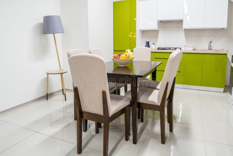现代厨房内部用在碗的果子 库存图片