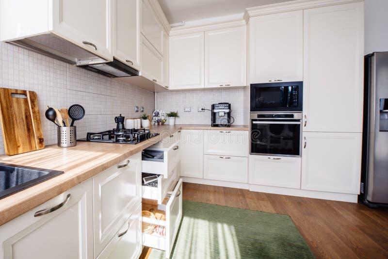 现代厨房设计、新的家具和新的家 免版税库存照片