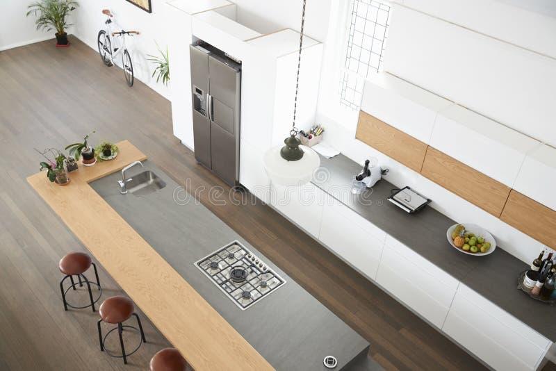 现代厨房顶上的看法有海岛的 免版税库存照片
