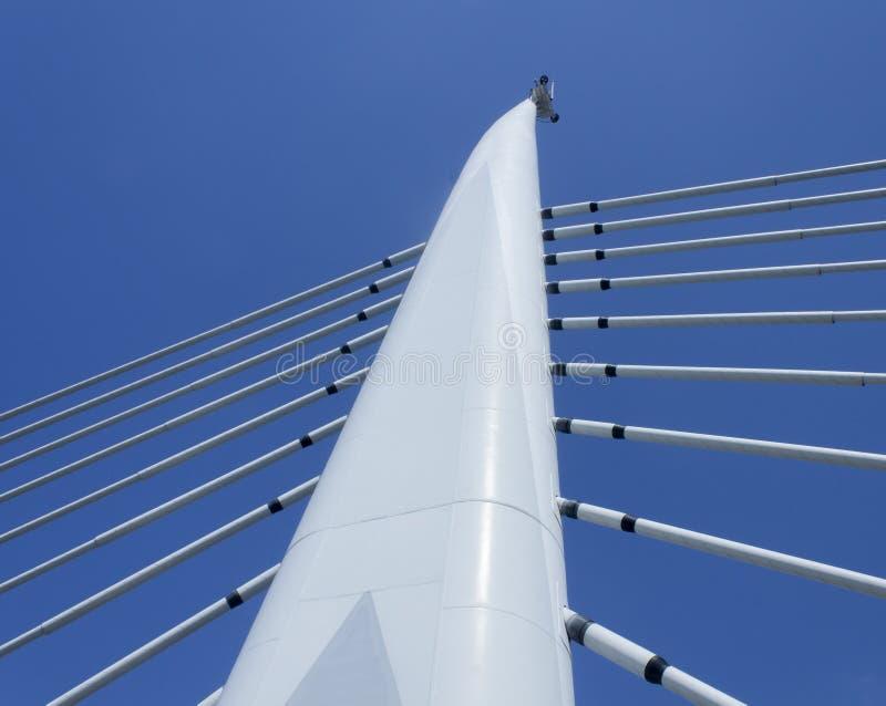 现代吊桥塔和mutliple对称停止缆绳 免版税库存图片