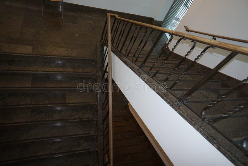 现代和安全楼梯间美妙地集成一个老大厦 免版税库存照片