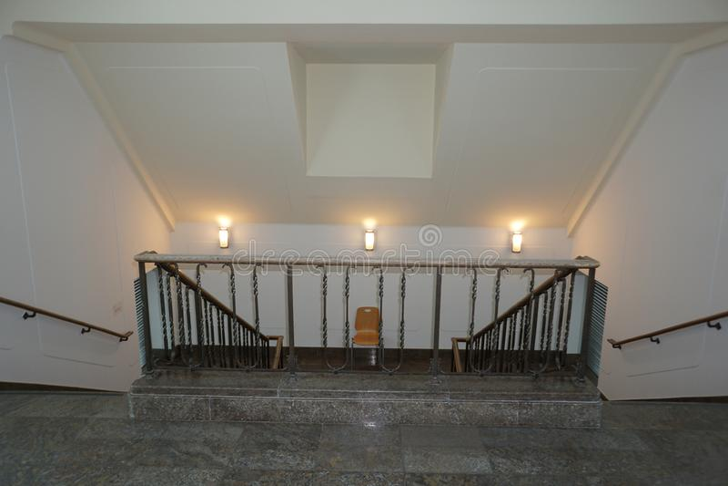 现代和安全楼梯间美妙地集成一个老大厦 库存图片