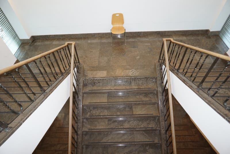 现代和安全楼梯间美妙地集成一个老大厦 免版税库存图片