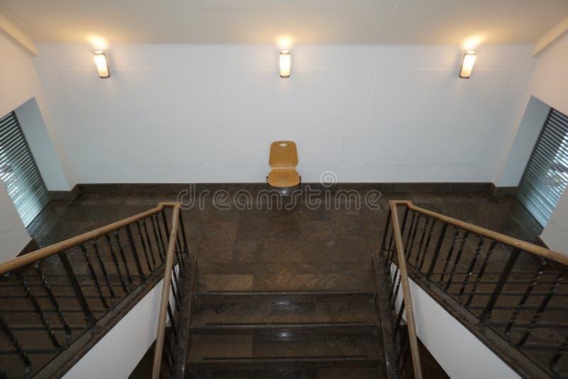 现代和安全楼梯间美妙地集成一个老大厦 库存照片