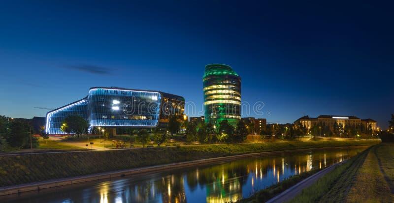 现代和老大厦在美好的维尔纽斯夜全景 免版税库存照片
